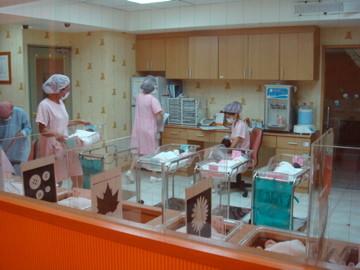 育嬰室 - 月子中心育嬰室的阿姨們人好好,教拔拔,麻麻怎麼照顧我
