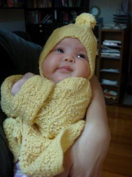試穿挪威奶奶織的毛衣 - 首先,當然要將冷氣開到最強囉!搞半天,照片寄給挪威奶奶後,挪威奶奶說帽子戴反了,真糗...