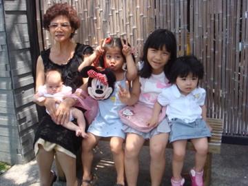 黑貓阿媽和四個孫女