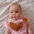 四個月 - 收涎: 我四個月囉! 本來以為可以開始吃餅乾,原來只是要防止我流口水的...