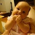 吃手招式一: 這個月我學了很多吃手手的新招式喔!