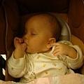 最新睡覺姿勢,右手在嘴裹,左手在耳朵裹