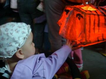 2010 元宵節: 北極熊拔拔自己做的老虎燈籠,你好