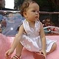 雅雅小露露坐在粉紅色凱迪拉克車上準備出發遊街囉!