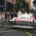這台粉紅色的凱迪拉克還真的會走,旁邊兩隻怪獸幫我們推車
