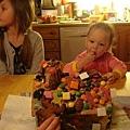 趁Ida 姐姐沒有在看, 偷吃一顆糖果