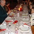 小熊寶貝和堂姐們排排坐,準備吃耶誕大餐