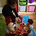 小熊寶貝老闆娘幫客人切蕃茄