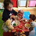 小熊寶貝老闆娘乾脆坐下來一起吃