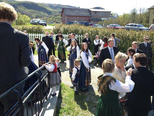 來參與的人也都會著傳統的挪威服裝