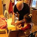 我跟挪威爺爺說想要作大象麵包,他幫我一起作。