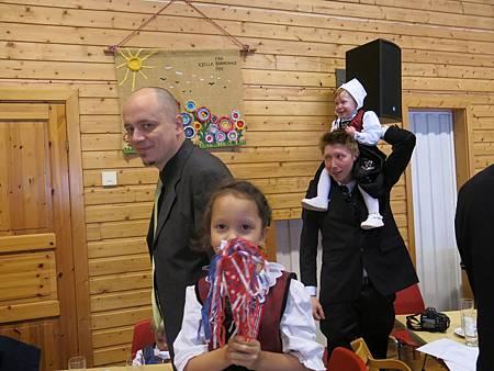 後面坐在拔拔肩上的小女生穿的也是挪威傳統服裝。