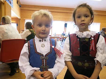 北極熊寶貝和表弟 (穿的是挪威的傳統衣服)