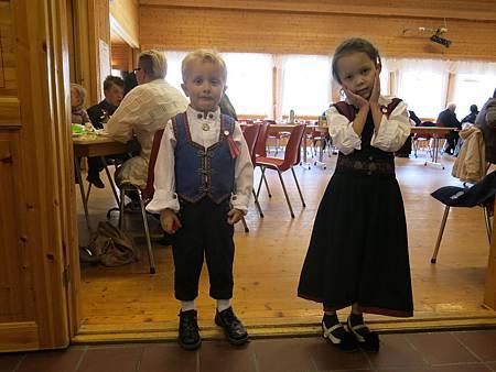北極熊寶貝說我在挪威也能開花 (在台灣幼稚園學的照片招式)