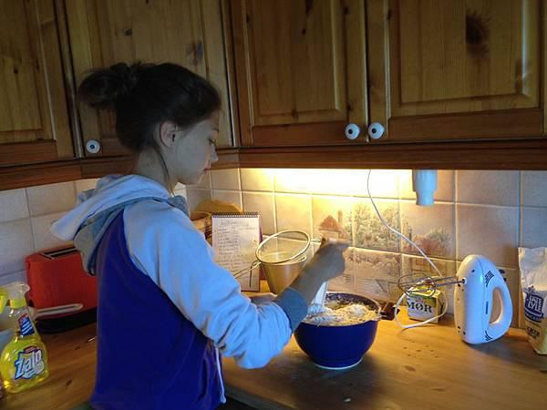 Ida 表姐幫忙作長頸鹿蛋糕的基層