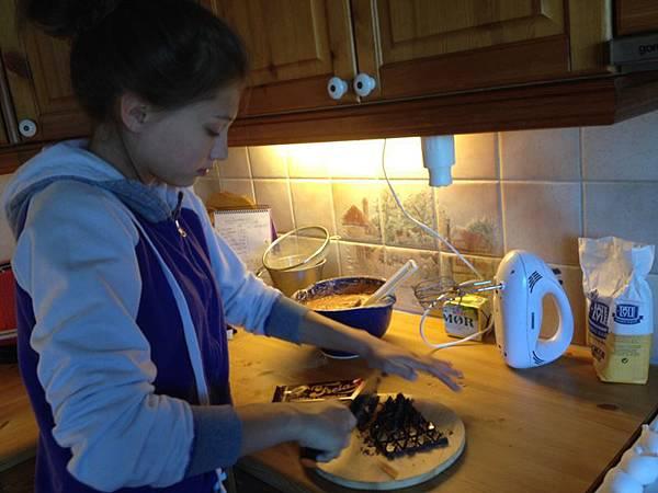 是巧克力布郎尼,所以這個長頸鹿蛋糕不但有趣又好吃
