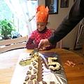 殘酷的時刻到了,要開始切長頸鹿蛋糕