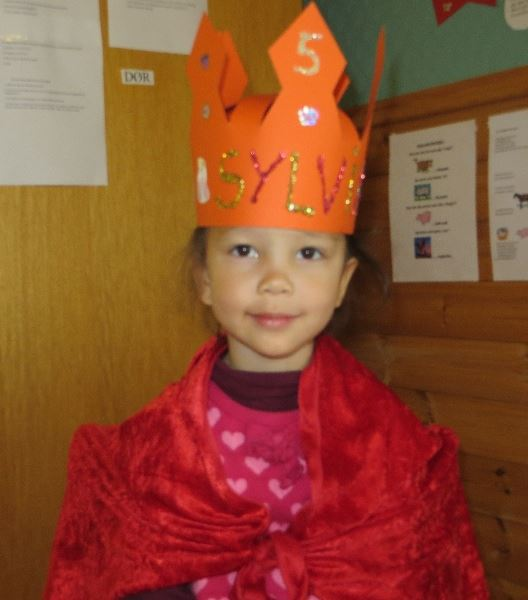 在學校過生日的小熊寶貝有皇冠和披風