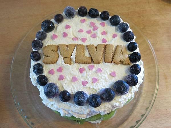 加上藍莓、奇異果、小的粉紅色愛心巧克力和小熊寶貝的名字