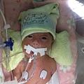 新生加護病房的護理師阿姨們都很疼小熊王子,還幫他畫了一個維京海盗的帽子。 ;)