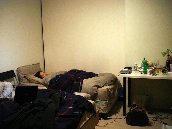 房間內單人床