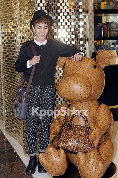 21557-shinee-key-reveals-chic-charm-with-black-style-at-mcm-renewal-open-eve