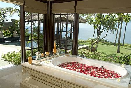Ocean Front Cliff Villa Bath Room.jpg
