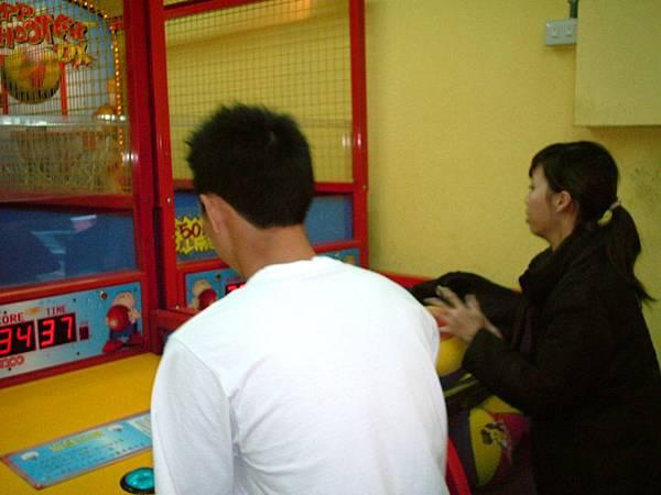 經過投籃機 瑞琳跟毛毛手一癢就玩起來了