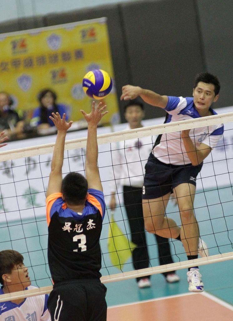 2015 TVL企業男女甲級排球聯賽_國訓蔡家豪(右)及黃建銘發揮強攻 新球季開紅盤