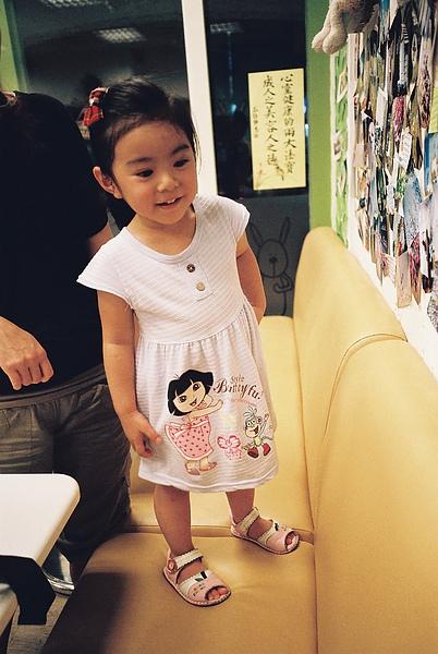 妮妮開心的看著牆上自己的照片