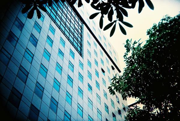 彩色玻璃帷幕大樓....