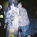張ㄚ貝與陳信宏....但是不小心跟演唱會商品背板重曝在一起....