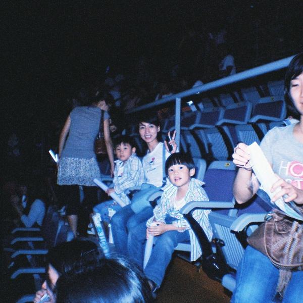 坐在我們斜後方的可愛媽咪,帶著兩個兒子來看五月天
