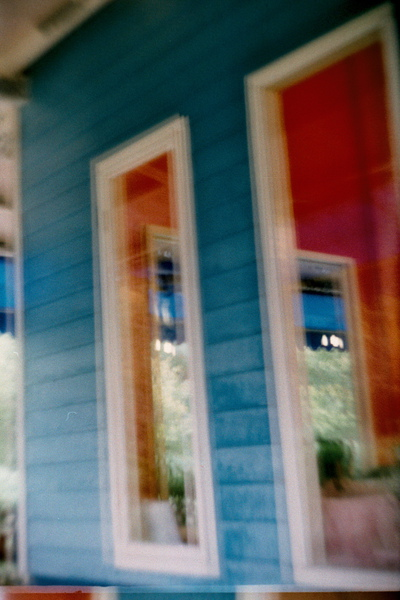 透過窗子...橘色內牆跟藍色外牆..很大的反差