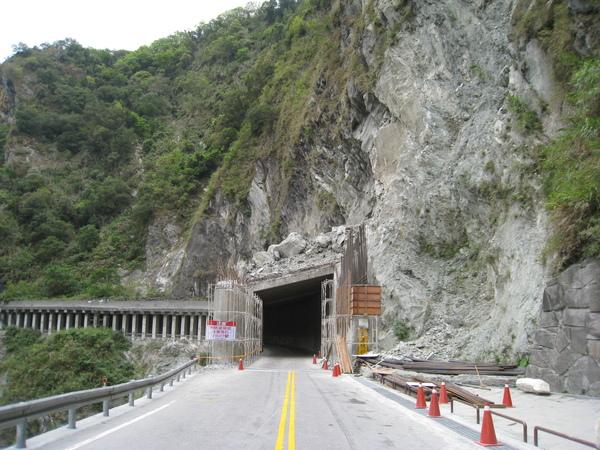 損害的隧道1(在白楊步道入口前).JPG