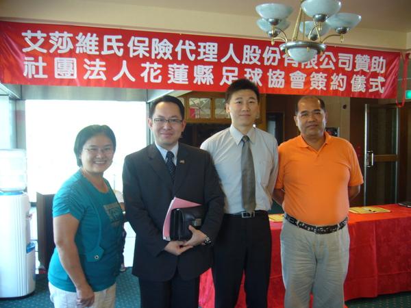 與吳適凱賢伉儷理事長還有展發兄合影