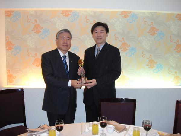 新壽潘總頒發一鳴驚人獎座給艾莎維氏陳總