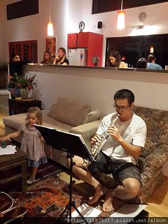 為女士們吹奏sax