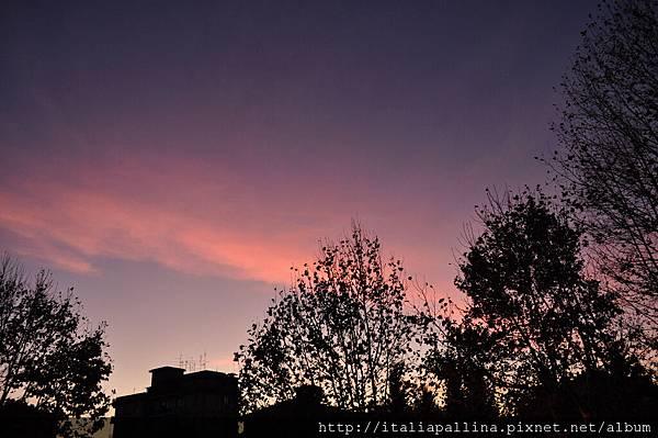 傍晚時分的天邊一抹彩霞。