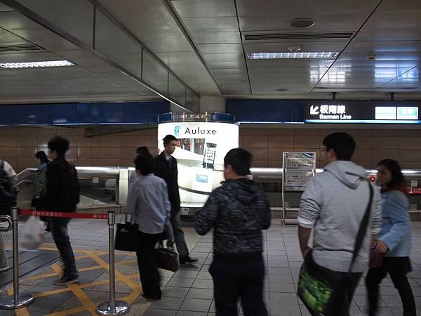 台北車站捷運燈箱廣告完工照%20(1)[1].JPG