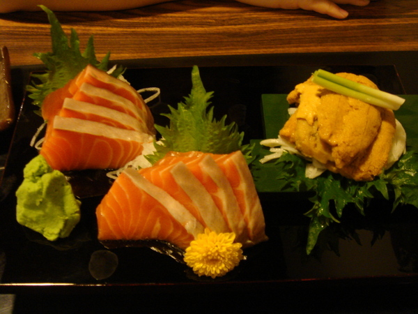 鮭魚生魚片與海膽
