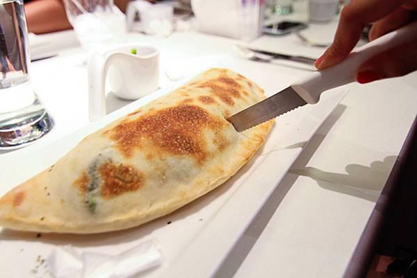 12_舒果新米蘭蔬食_卡洛佐尼枕頭披薩1.jpg