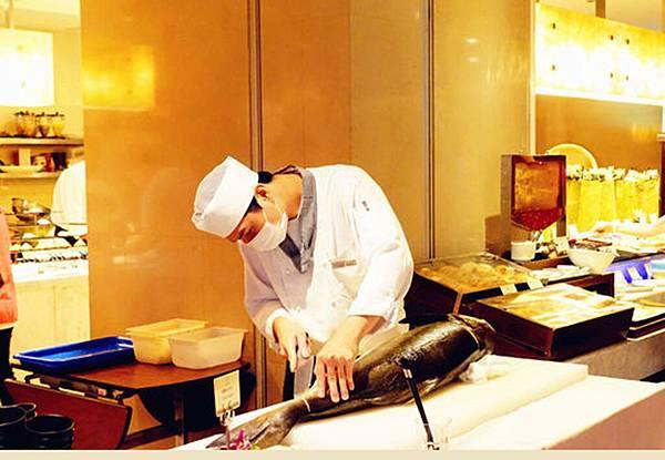 8_台中裕元花園酒店 溫莎咖啡廳自助餐_現場殺魚.jpg