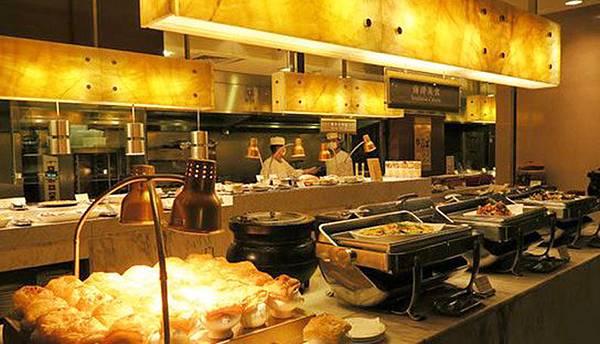 11_台中裕元花園酒店 溫莎咖啡廳自助餐_熱食區酥皮濃湯.JPG