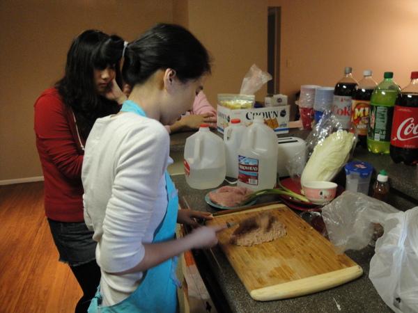 正在做家傳菜~蛋包肉