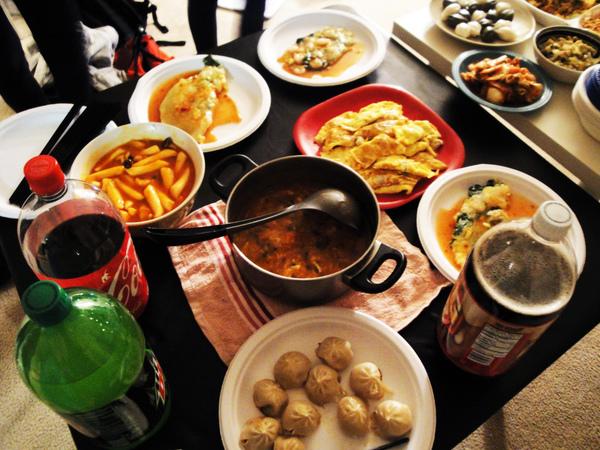 酸辣湯、辣炒年糕、蚵仔煎、蛋包肉、小籠湯包!