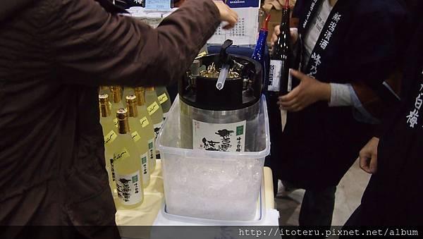 福井酒造: 特殊的酒器, 用高壓氣體把清酒擠出來, 像啤酒一樣