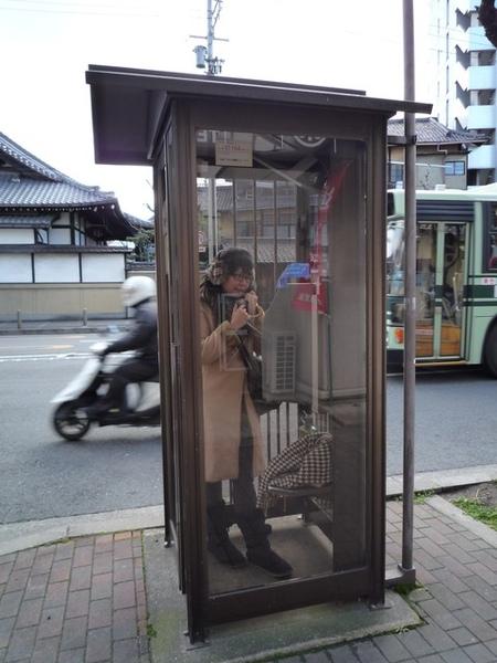 開始在電話亭玩起來ㄌ