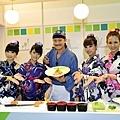 Discovery旅遊生活頻道「吃定老外」外景主持人TOKU 27日於會場示範彩虹壽司捲(photo_公益財團法人交流協會)