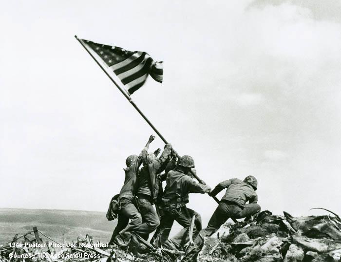 美國國旗升起於折鉢山_普立茲新聞攝影獎70年大展提供